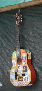 Gitarre mit vielen Aufklebern
